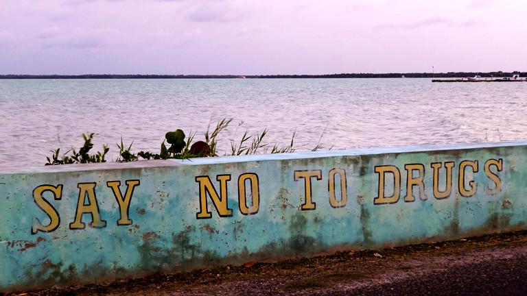 Auf einer Wand steht: Sag nein zu Drogen