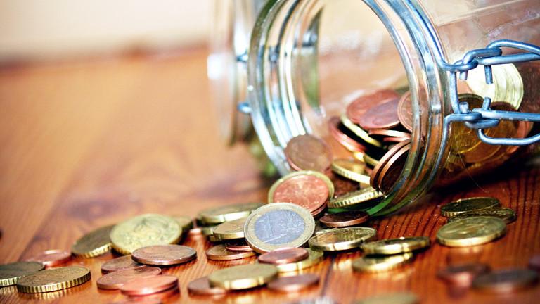 Ein umgekipptes Einmachglas mit Münzgeld