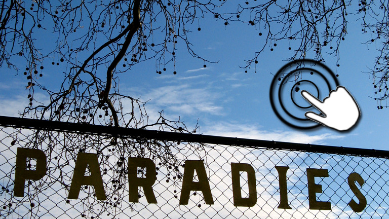Auf einem Maschendrahtzaun sind Buchstaben geklebt, das Wort Paradies ist zu lesen