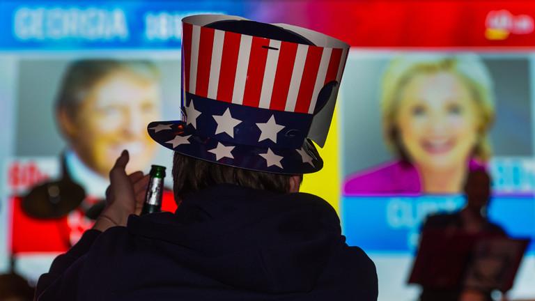Auf einer Wahlparty trägt jemand einen Hut mit dem Sternenbanner der USA