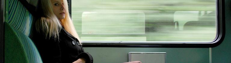 Frau sitzt im Zug