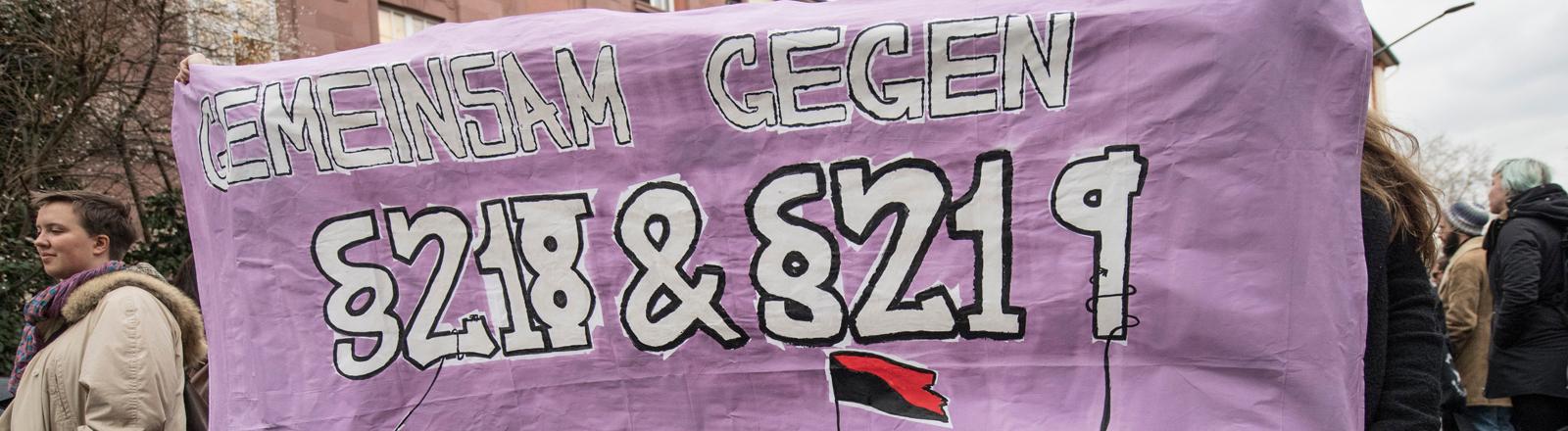 Demonstrantinnen sprechen für eine Abschaffung des Abtreibungsparagfen 218 und den Paragrafen 219 aus
