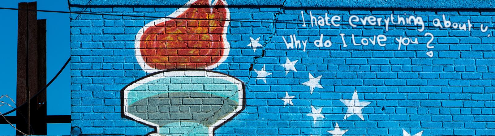 Graffiti von der Freiheitsstatue, daneben der Spruch I hate everything about you, why do I love you?