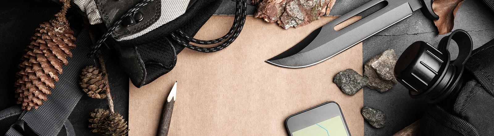 Wanderausrüstung mit Messer, GPS, Handy