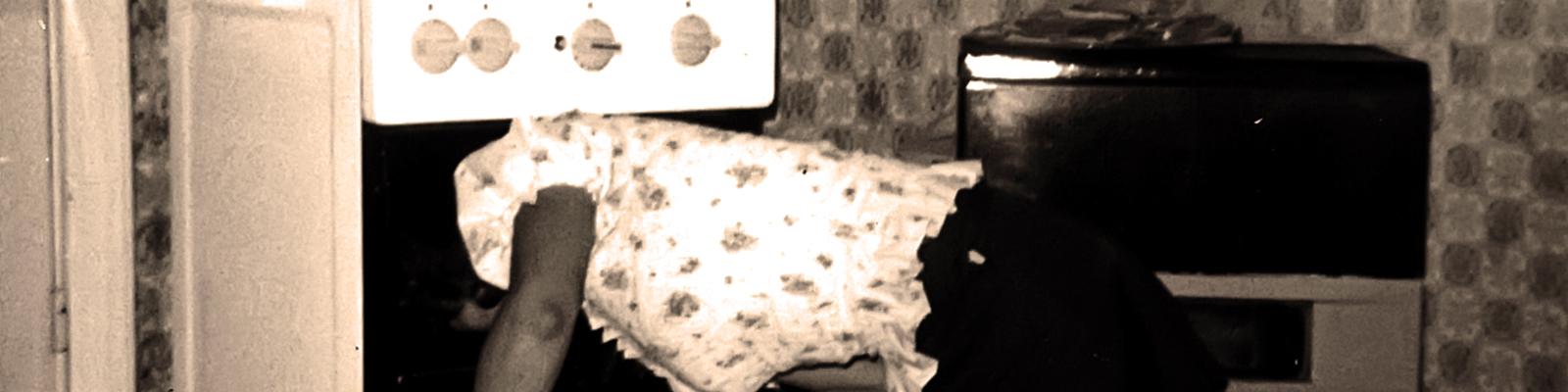 Eine Frau guckt in einen Backofen