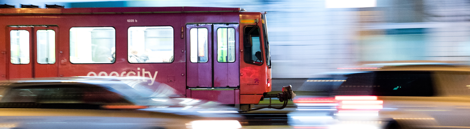 Straßenbahn im abendlichen Verkehr