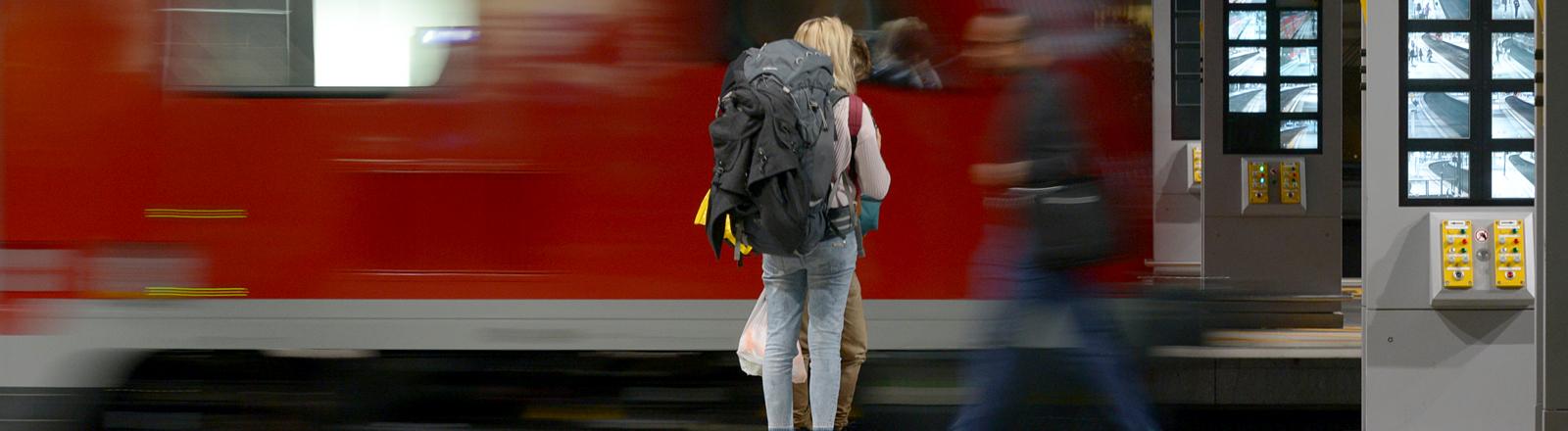 Frau am Bahngleis