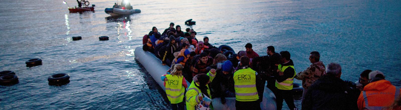 Flüchtlinge sitzen in einem Schlauchboot