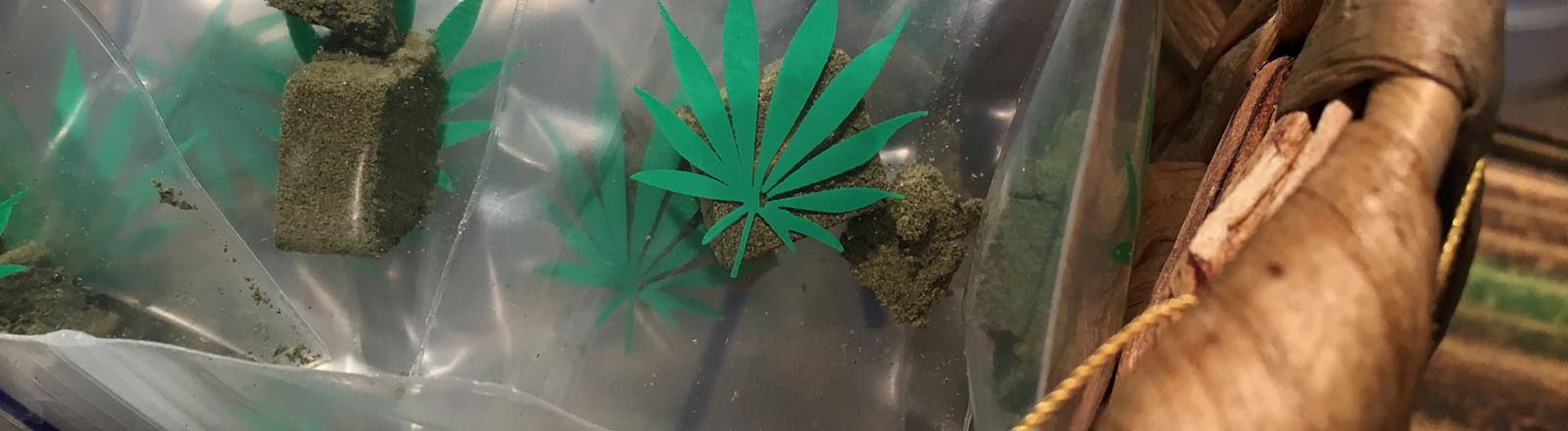 Cannabis zum Verkauf in einer Tüte.