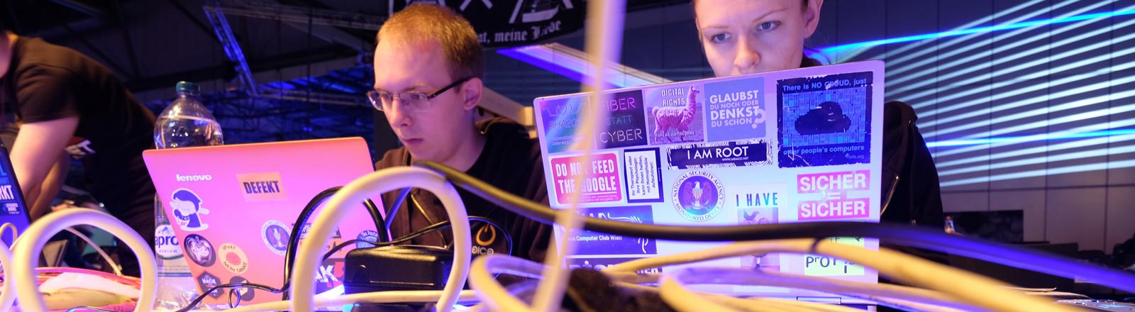 Teilnehmer des Chaos Communication Congress an ihren laptops