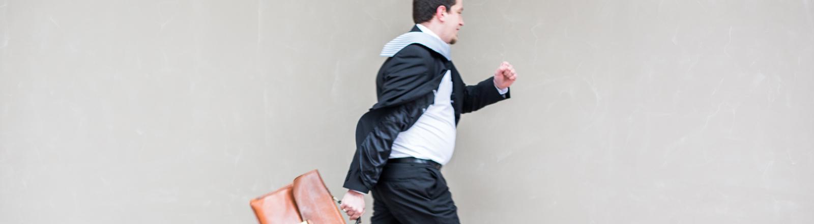 mann im anzug mit tasche in der hand