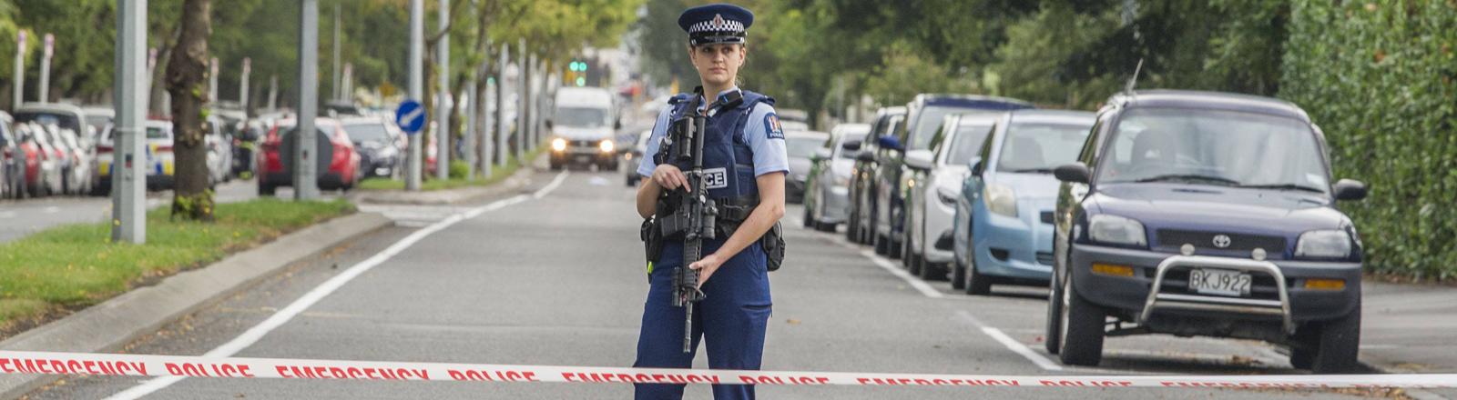 Polizistin bewacht den Tatort in Christchurch