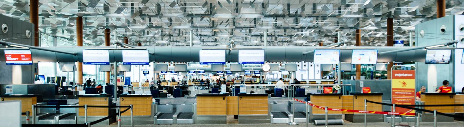 Halle im Flughafen mit Schaltern