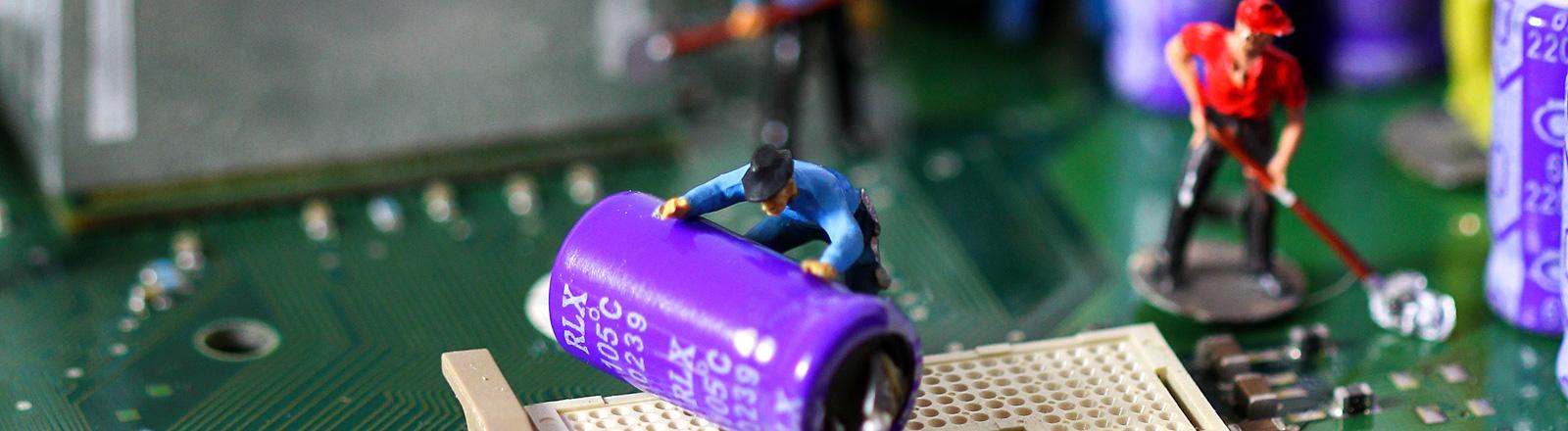 Defekte Festplatte mit Miniaturmännchen