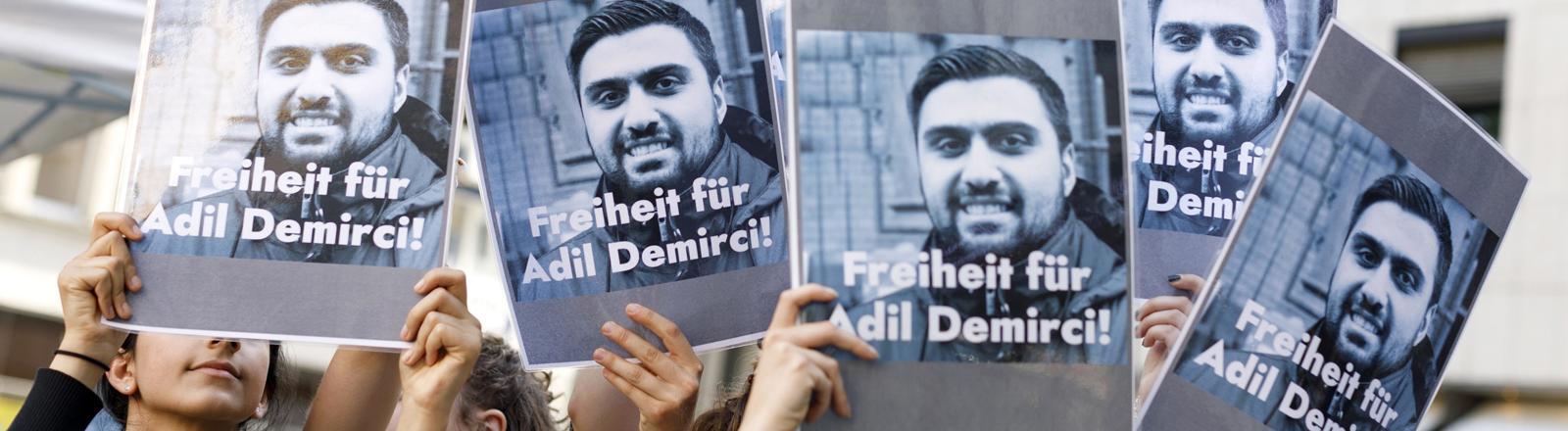Plakate: Freilassung für Adil Demirci