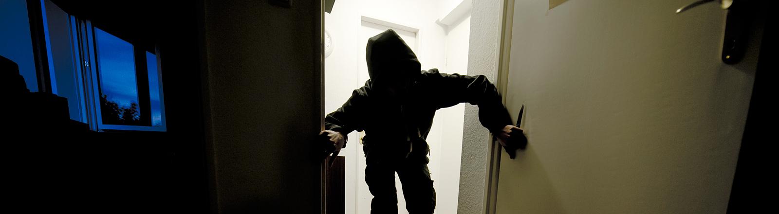 Mann bricht in Wohnung ein