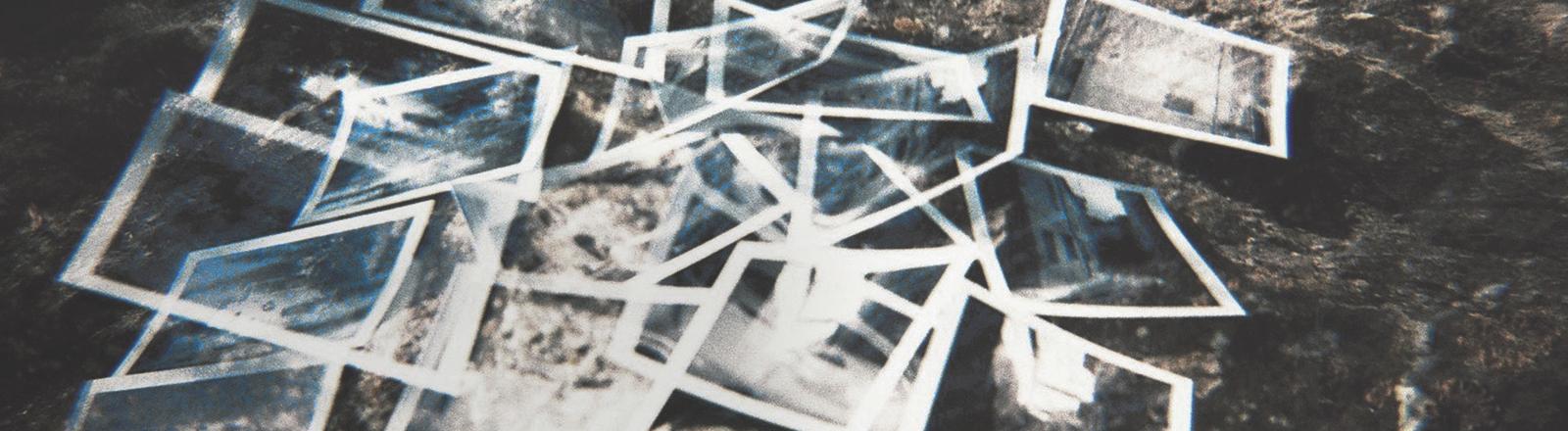 Fotos liegen auf einem Haufen auf dem Boden