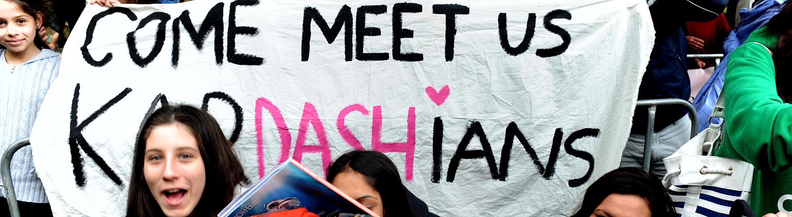 Kardashian-Fans mit Banner