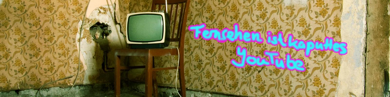Ein alter Fernsehapparat steht vor einer halb abgepiddelten Tapete