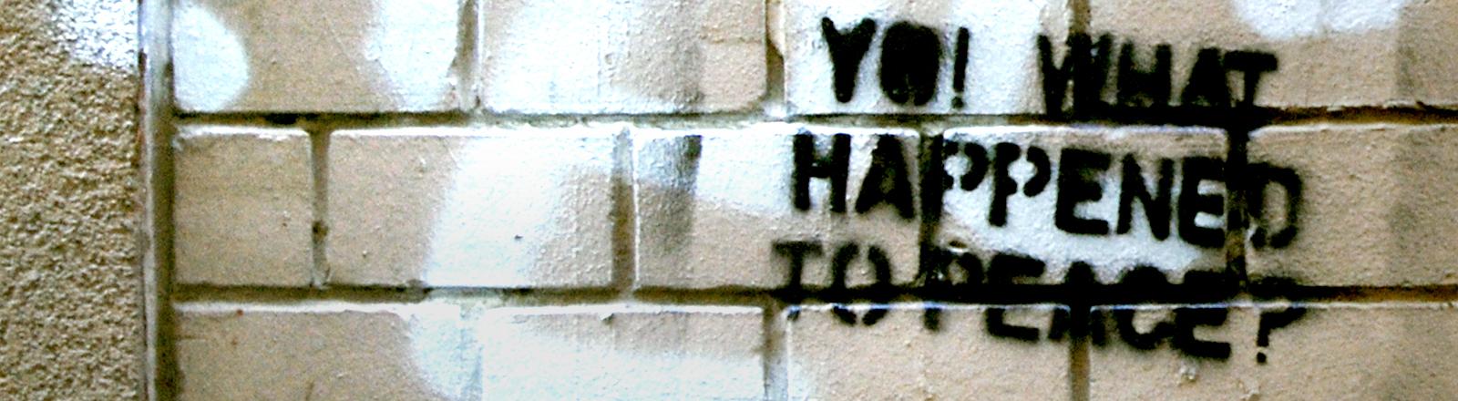 """Ein Graffiti mit dem Spruch """"Was ist mit dem Frieden passiert?"""""""