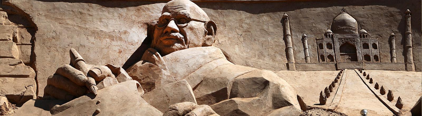Eine Sandskulptur von Mahatma Gandhi