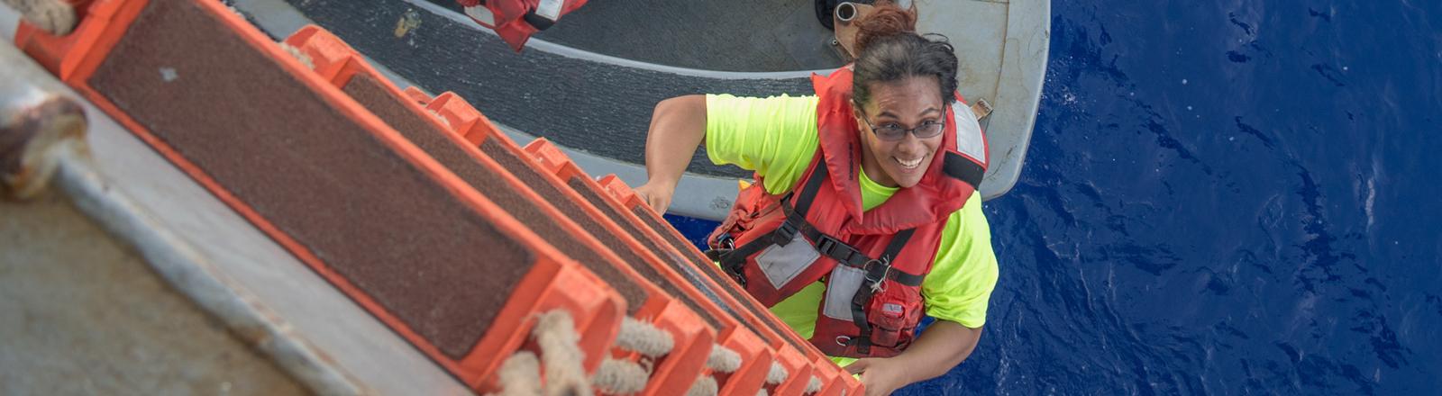 Monatelang trieben zwei Seglerinnen mit ihren Hunden im pazifischen Ozean. Jetzt wurden sie gerettet.