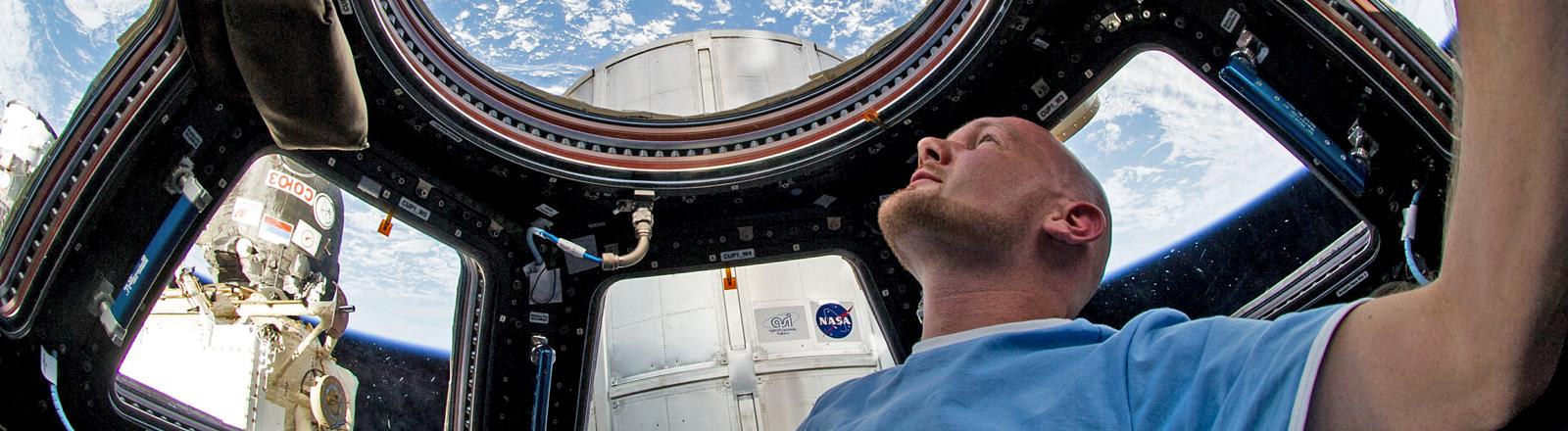 Ein Mann in einer Raumstation