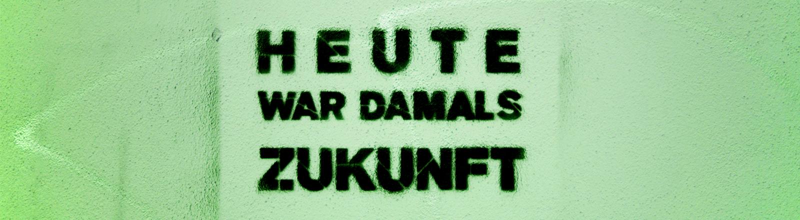 """Auf einer Wand steht der Spruch: """"Heute war damals Zukunft"""""""