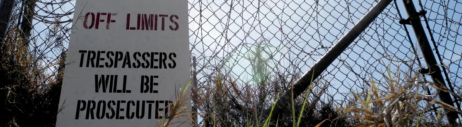 Ein Schild verbietet bei Strafe den Zugang zu Guantanamo