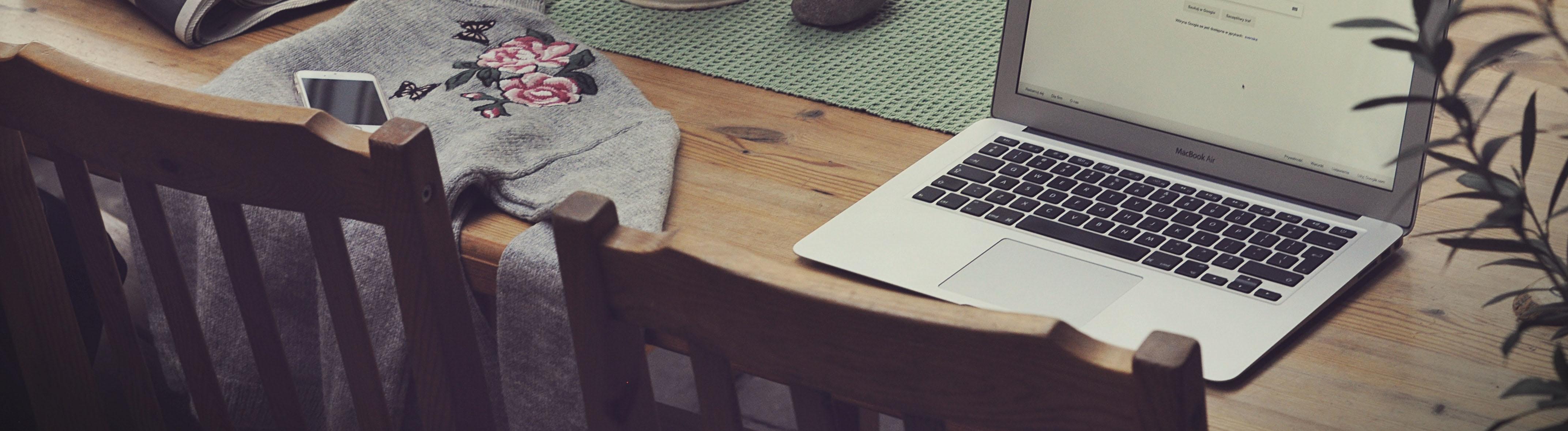 Laptop auf einem Küchentisch
