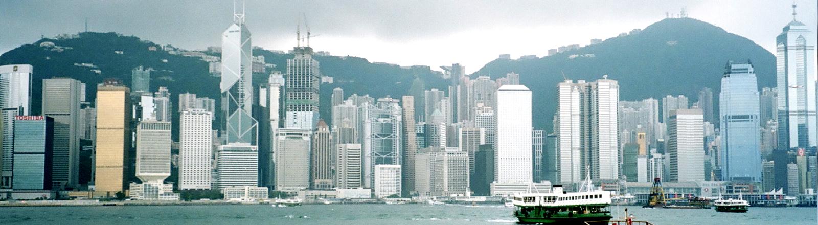 Die Skyline von Hongkong vom Meer aus betrachtet.