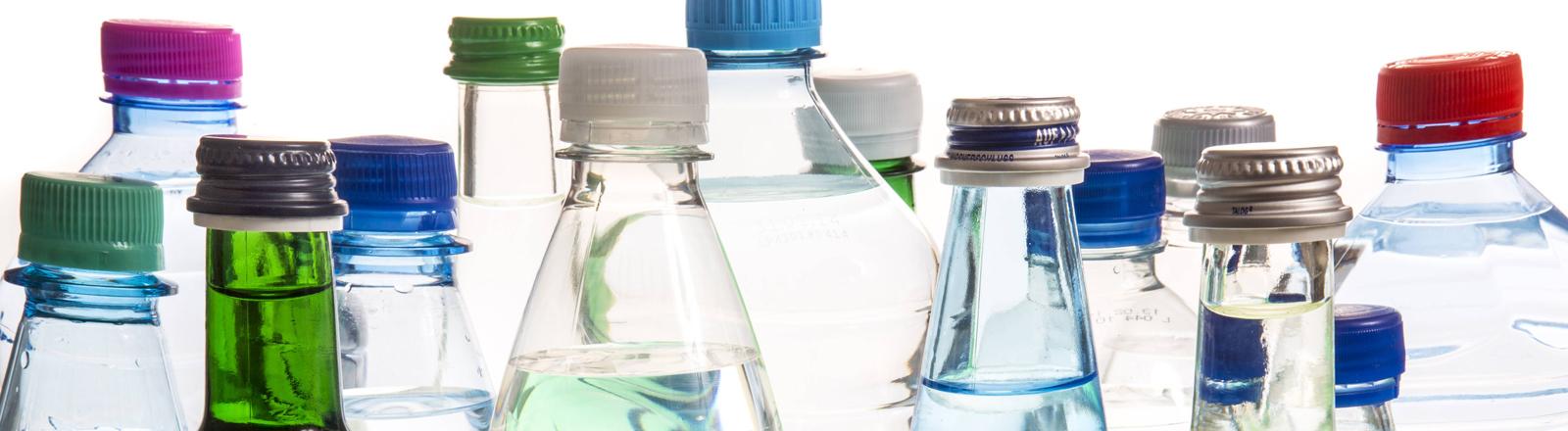 Eine Sammlung an Glas- und Plastikflaschen