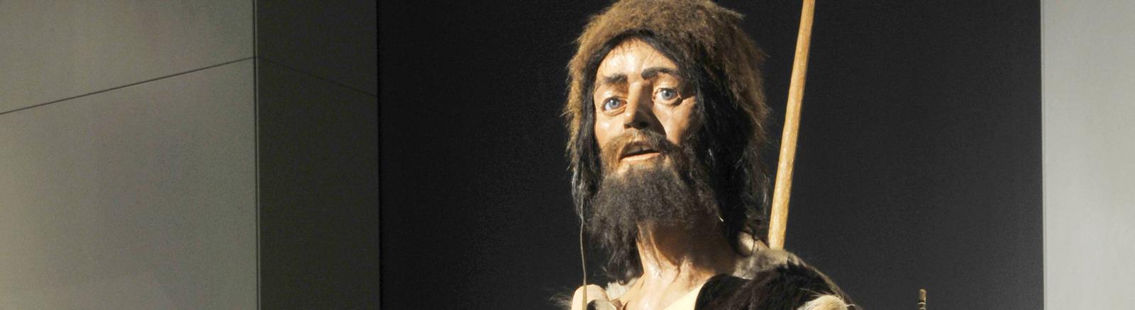 Der Steinzeit-Mensch Ötzi in einer Kühlkammer im Museum in Tirol.