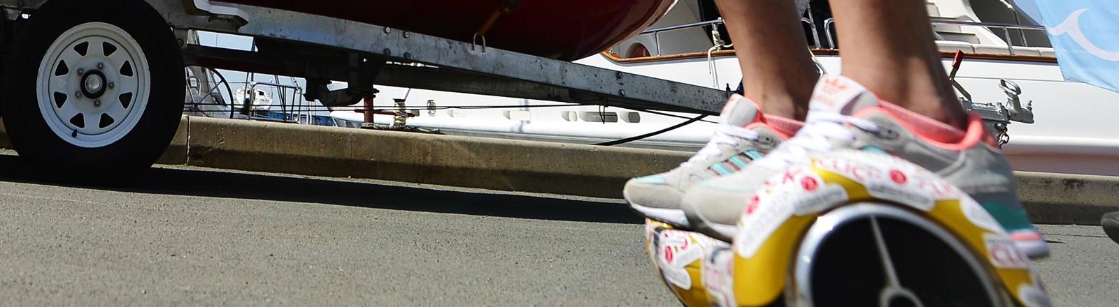 Frau in Hotpants auf einem Hoverboard
