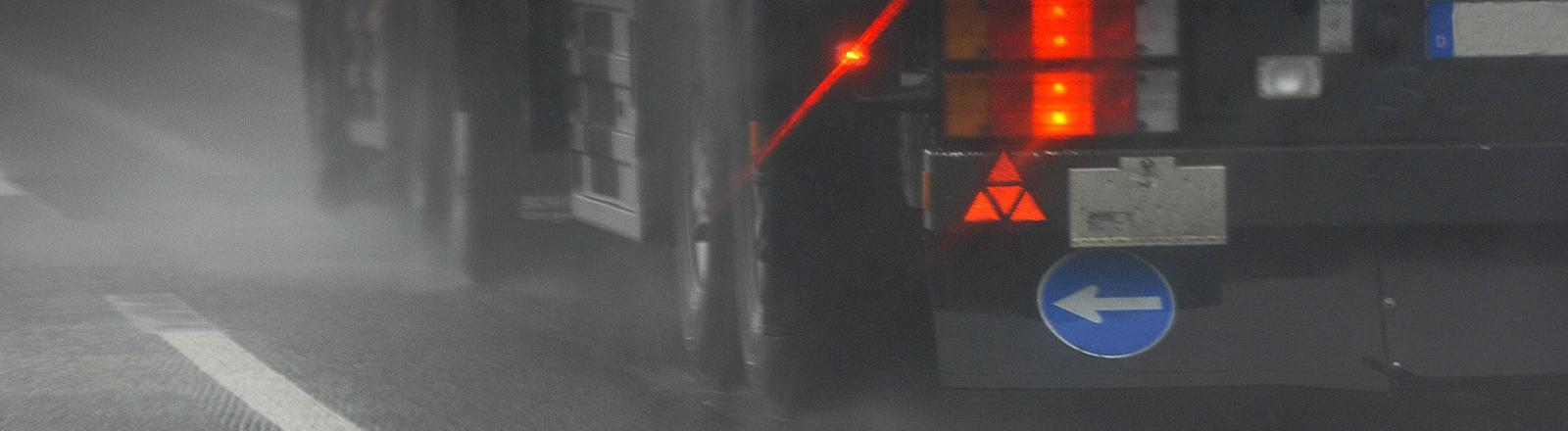 Rücklichter eines Lkw