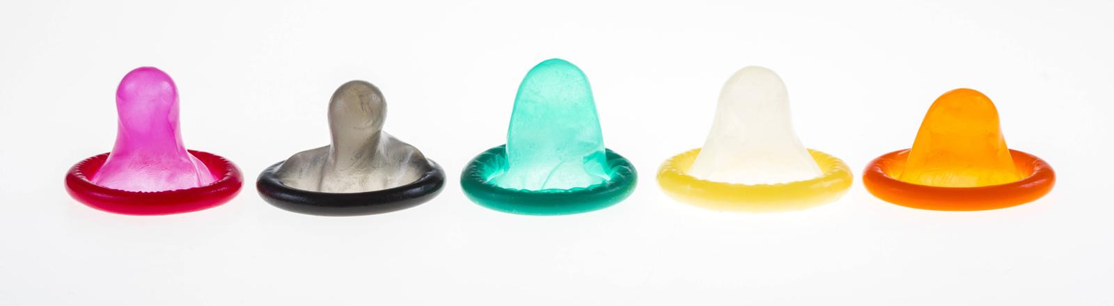 Mehrere bunte Kondome in einer Reihe