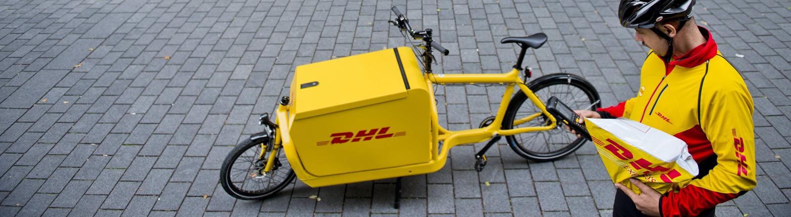 Paketzusteller mit einem Lastenrad