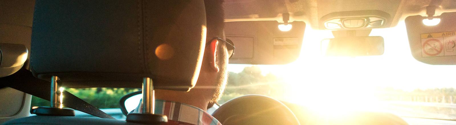 Autofahren, Mann, der im Auto sitzt