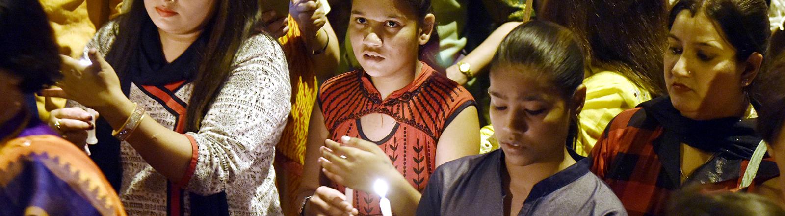 Mädchen und Frauen mit Kerzen in der Hand
