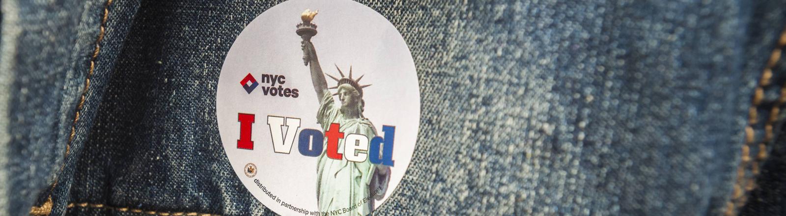 """Ein """"I Voted"""" Sticker auf einer Jeansjacke"""