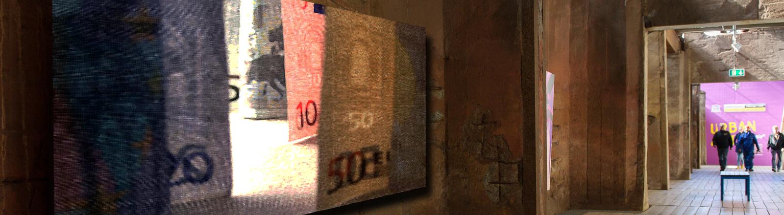 Eine Kunsthalle, darin als Collage von Geldscheinen stilisiert als Ölgemälde