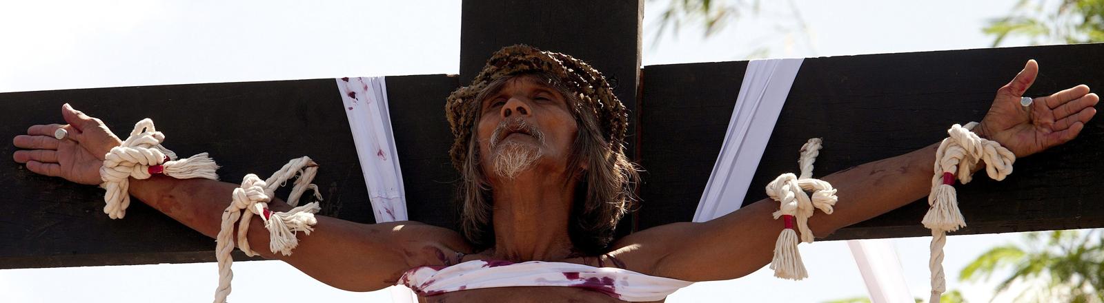Auf den Philippinen lassen sich jedes Jahr Gläubige ans Kreuz schlagen, um so dem Leiden und Tod Jesu gedenken