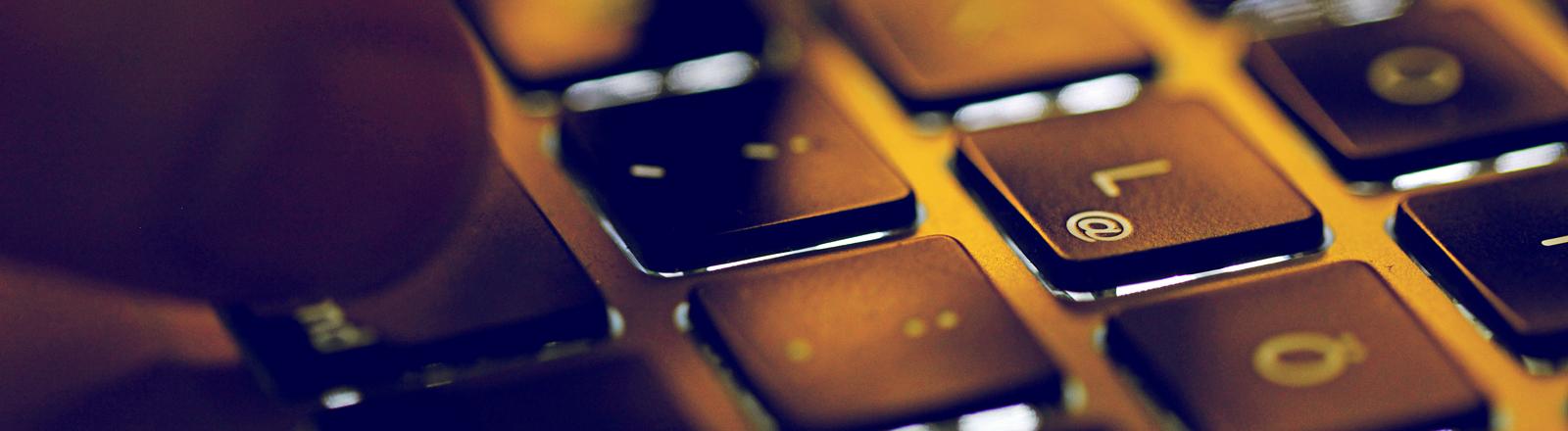 Finger auf einer Laptop-Tastatur