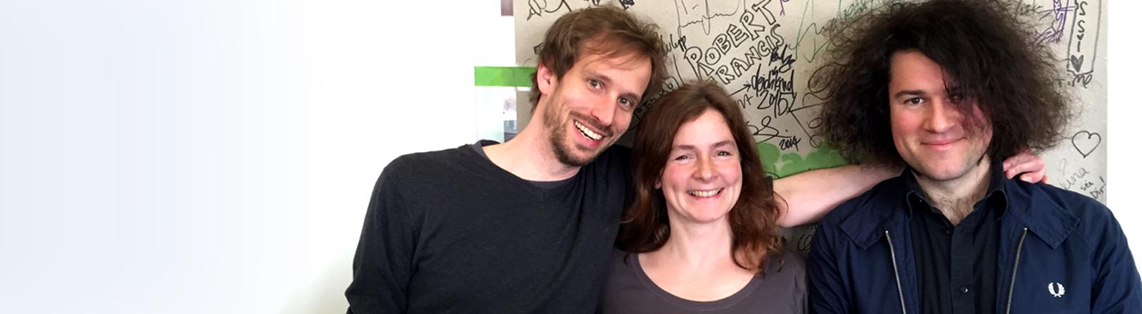 Die Locas in Love Mitglieder Jan Niklas Jansen und Björn Sonnenberg mit Moderatorin Verena von Keitz.