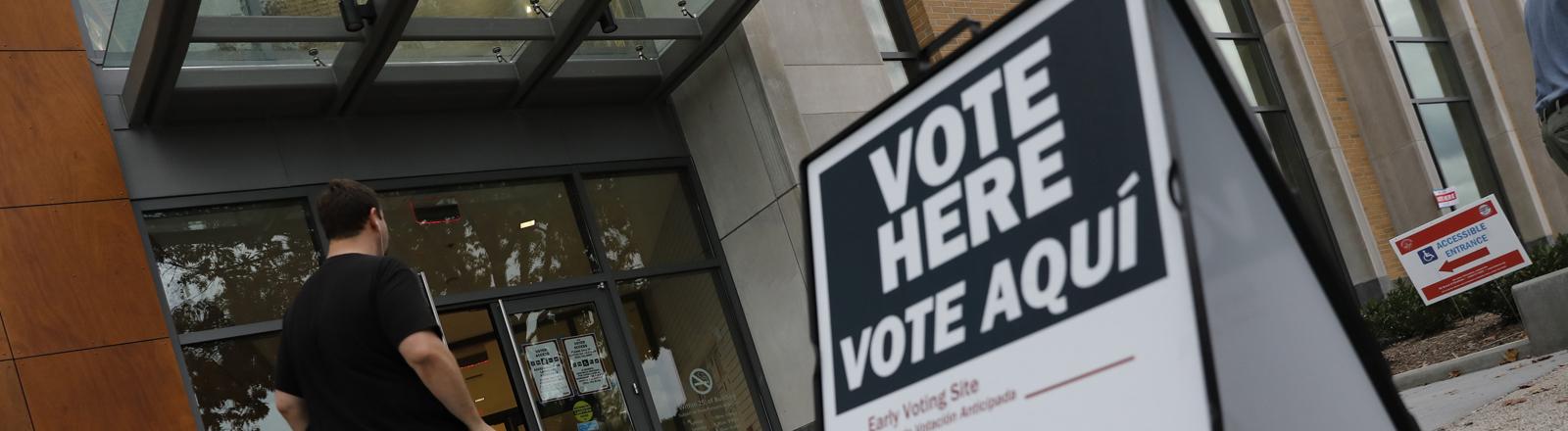 """Aufsteller mit dem Aufruf """"Vote here!"""" """"Wählt hier!"""""""