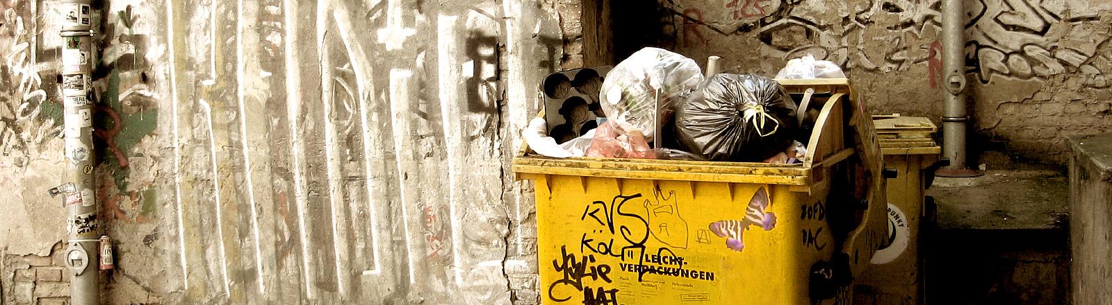 Eine Mülltonne mit Müll