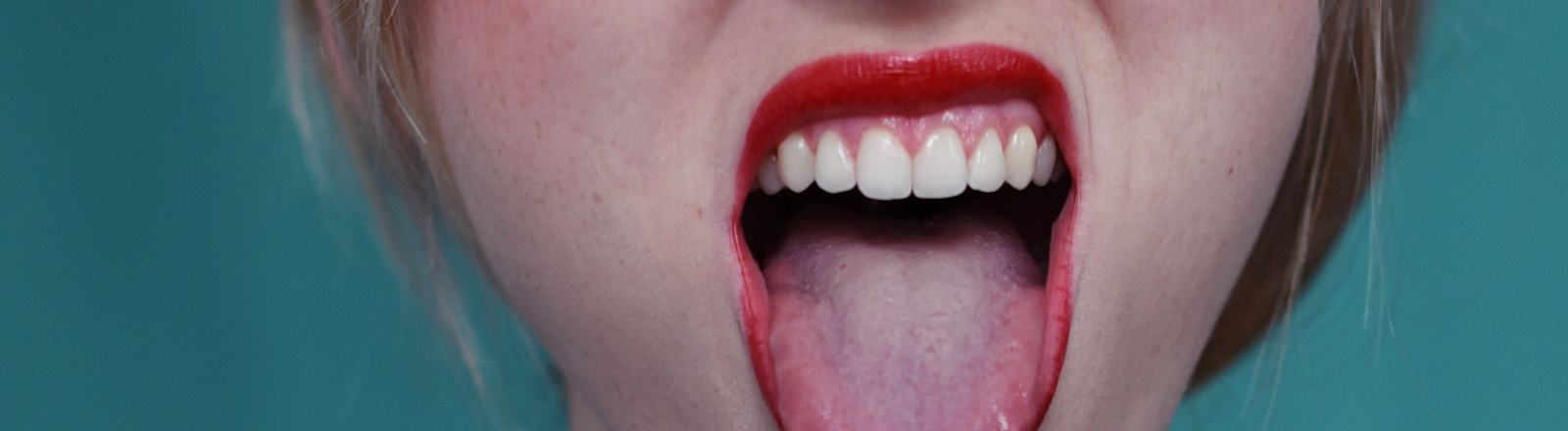 Frau streckt Zunge raus