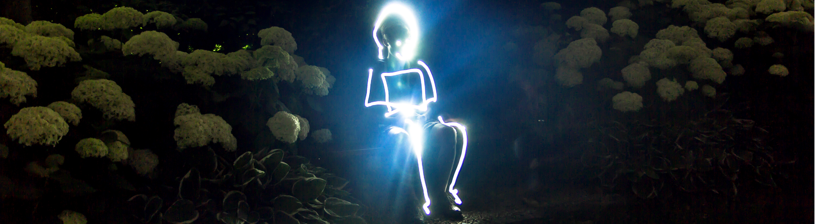 Lichtmalerei von einem Piktogramm Männchen auf einer Parkbank