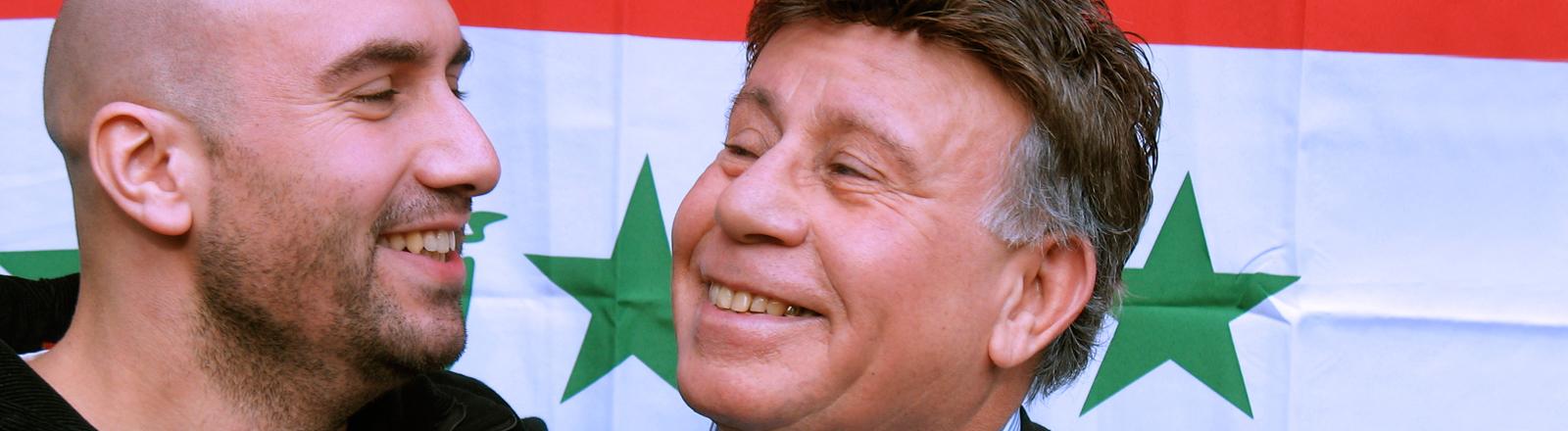 Nail Al Saidi und sein Vater vor einer irakischen Flagge