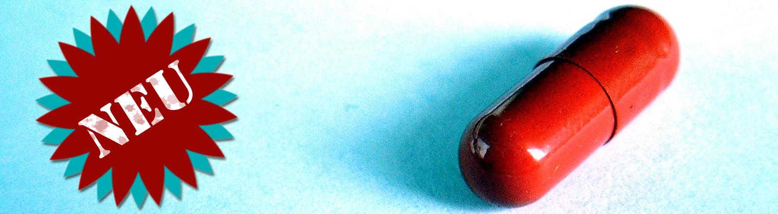Eine rote, ovale Pille auf blauem Hintergrund, daneben ein Label mit der Aufschrift Neu